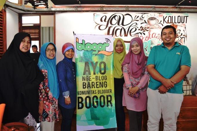 hajatan-sewindu-blogor-foto-bareng-beberapa