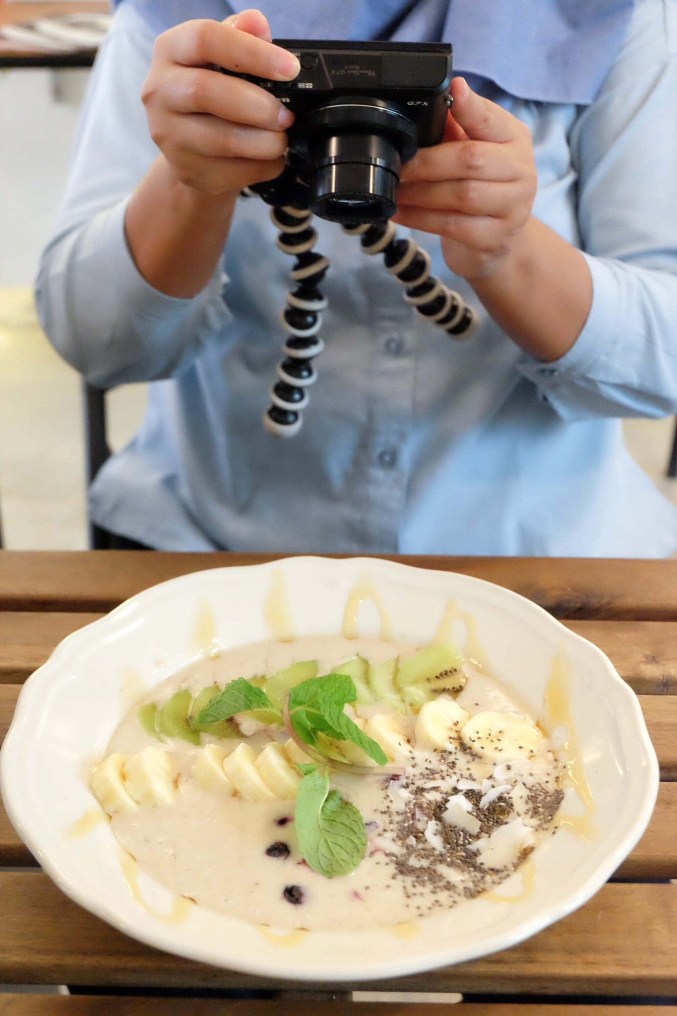 Ceritanya sarapan sehat : Super Bowl (mango + yoghurt + oats base, frozen berries, banana, coconut flakes n chia seed) ❤️