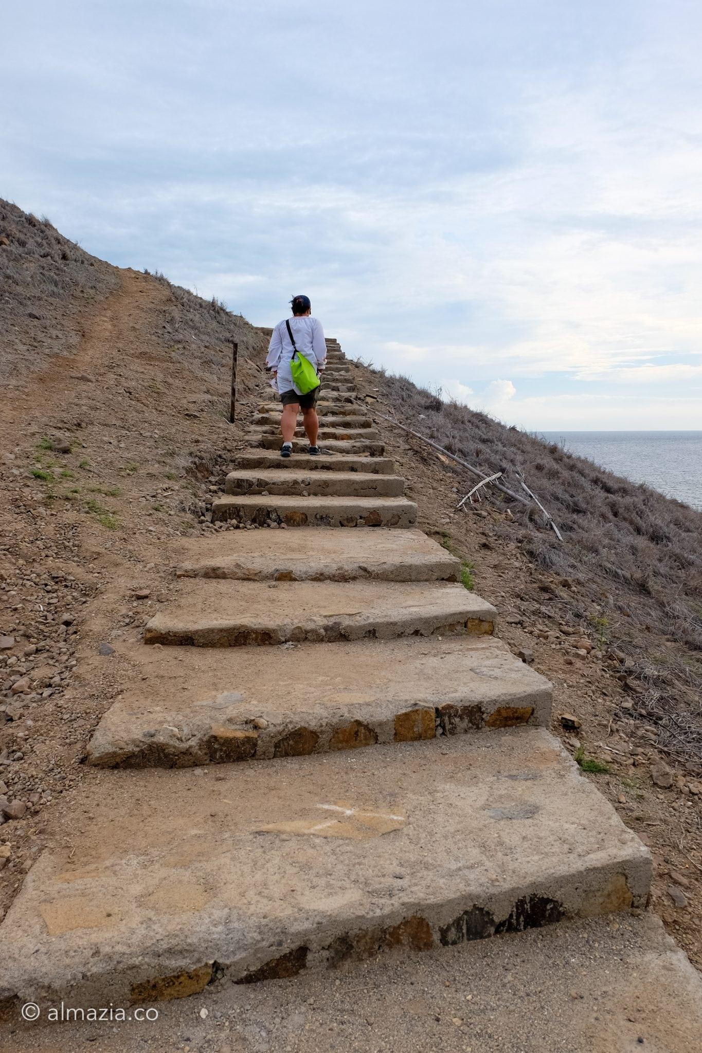 Perjalanan menaiki tangga kayu dilanjutkan dengan tangga batu