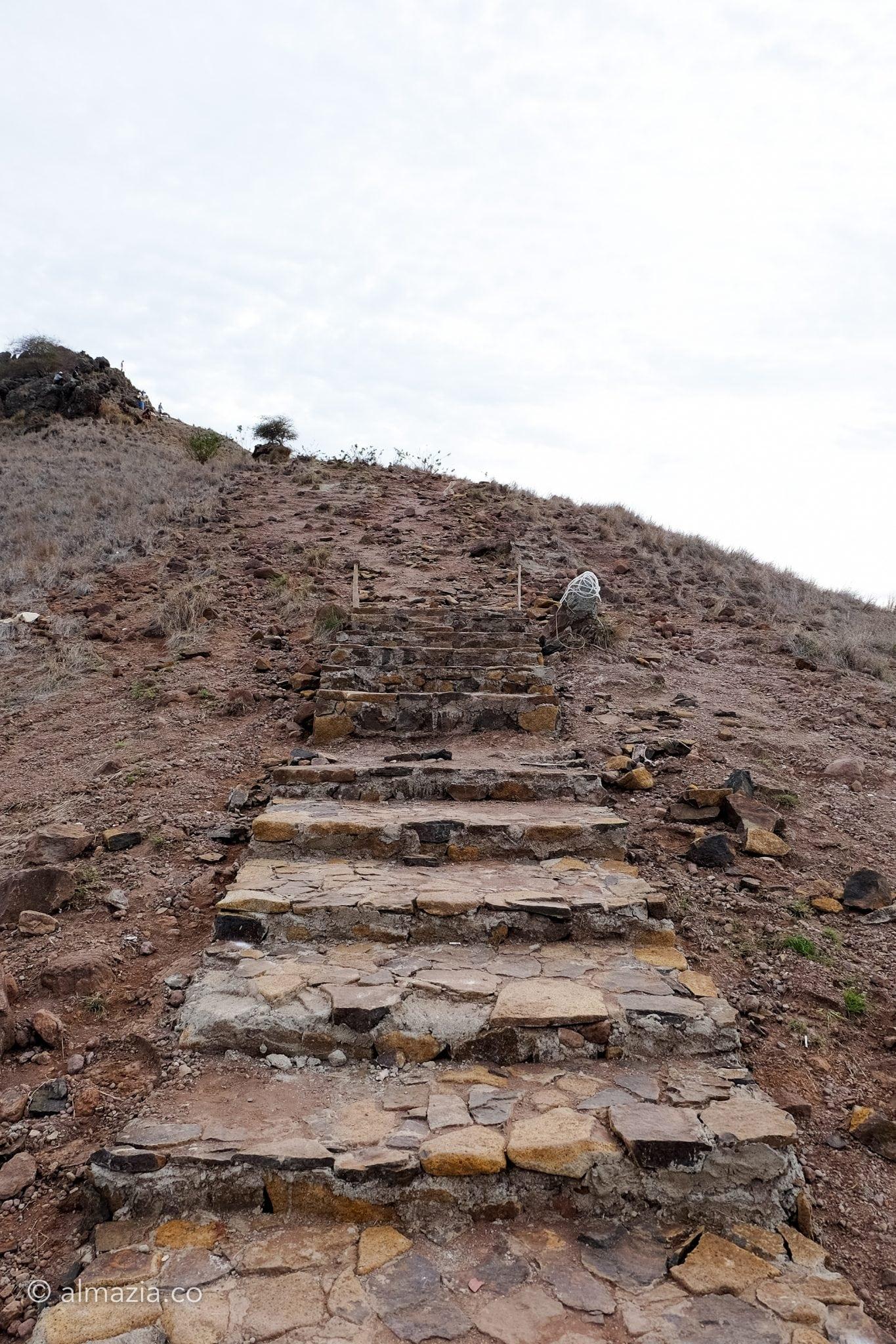 Pembangunan tangga batu yang belum selesai