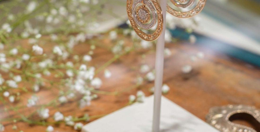 Padu Padan Perhiasan Emas Dengan Fashion ala Bunga Citra Lestari